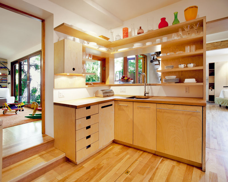 Rohová kuchyň propojuje dětskou hernu sobývacím pokojem. Rodiče i děti tak mohou být na chvíli ve svém a potom se sejít ke společné přípravě večeře. Prostor tak přispívá kpohodové rodinné atmosféře. Foto Marc Cramer
