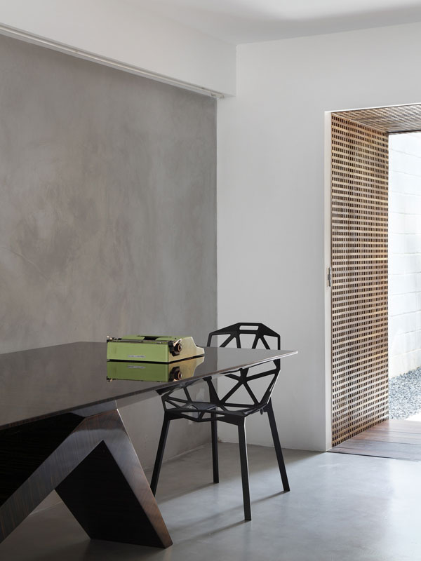 Celým interiérem, zařízeným vzdušně, skromně, ale přesto působivě a nápaditě, se prolíná nadšení z nového s úctou k prověřené tradici. Foto: Denilson Machado – MCA Estúdio