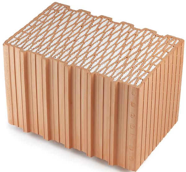 Cihelné bloky HELUZ s vloženým polystyrenem jsou určeny pro zdivo tloušťky 500 mm. Svými tepelněizolačními vlastnostmi jsou vhodné pro konstrukce obvodových stěn nulových, pasivních a nízkoenergetických domů. Vyplněním dutin těchto cihel polystyrenem došlo ke 40% navýšení jejich tepelněizolačních vlastností. Bloky s integrovanou izolací HELUZ Family 2in1 šířky 380, 440 a 500 mm splňují bez dodatečného zateplení doporučené hodnoty pro pasivní domy. Součinitel prostupu tepla obvodového zdiva šířky 500 mm s venkovní tepelněizolační omítkou je 0,11 W/m2K. (foto: Heluz)