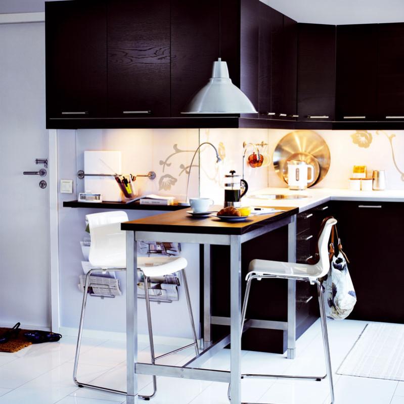 Výšku pracovní kuchyňské desky určuje norma. Minimální předklon při práci ukuchyňské linky je však zergonomického hlediska mnohem horší než úplný předklon, proto se doporučuje přizpůsobit výšku pracovní desky výšce uživatele. (IKEA)