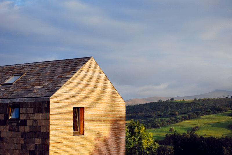 Tradiční obraz velšské zvlněné krajiny svesnickými domy kolem jednoduchých kaplí lze uchovat nejen pouhým napodobováním. Citlivá inovace se cení. Foto Feilden Fowles