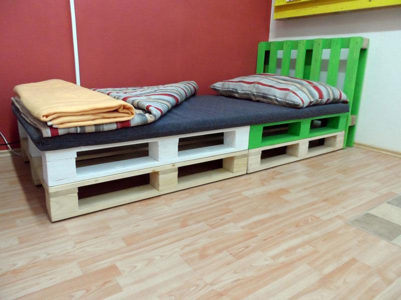 Palety jsou pro konstrukci postele ideální – získáte tak odvětrávaný dřevěný rošt za hubičku. (foto: paletyonline.cz)