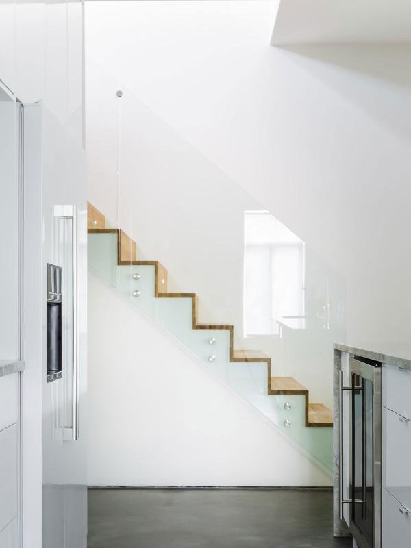 """Důmyslný výběr materiálů pro schodiště malý prostor odlehčuje a umožňuje volný """"pohyb"""" světla. Foto: Ulysse Lemerise Bouchard (YUL Photo)"""
