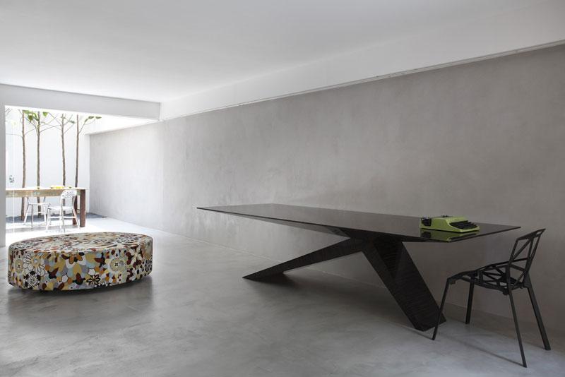 Guilherme Torres v sobě nezapře designéra. S lehkostí ve svém bytě mixuje prvky minimalistické se zařízením v duchu vintage, retro nebo rustikálními detaily. Foto: Denilson Machado – MCA Estúdio