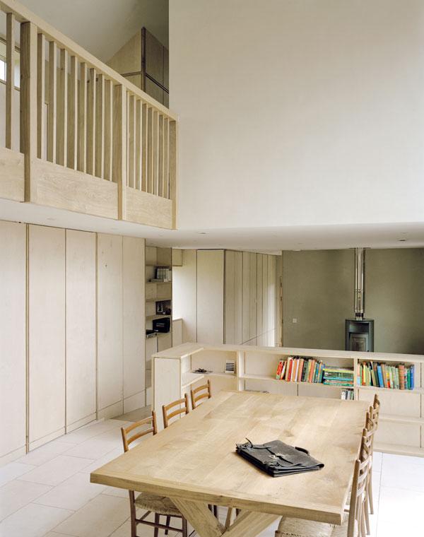 Otevřený společný prostor je určen ke studiu i relaxaci. Světlé přírodní tóny navozují pohodu, trochu barevného vzruchu dodávají jen běžné předměty každodenní potřeby. Foto Feilden Fowles