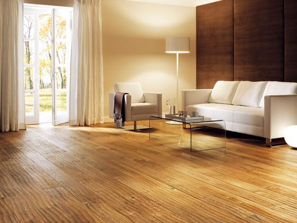 Ručně opracované dřevo − trend, který se často objevuje vinteriéru vpodobě artefaktů, se přenesl ina dřevěné podlahy. (foto: Tilo, dub caramel hoblovaný)