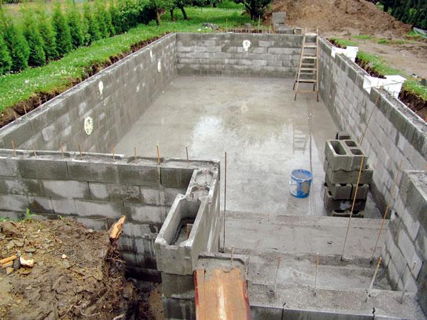Ztracené bednění lze s výhodou využít i při stavbě bazénu či plotu. Základ systému tvoří duté tvárnice z betonu spojované na sucho na zámek a vylité betonem. Pro zvýšení pevnosti jsou do dutin vkládány ocelové dráty. Výsledná konstrukce je vysoce pevná a bezespárová. (foto: Presbeton)