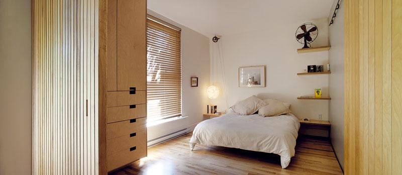 Ložnice rodičů je sdětským pokojem spojena posuvnými dveřmi.