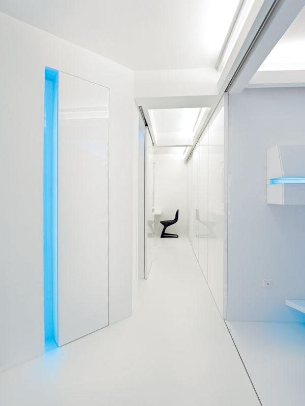 Pohled ze vstupních prostor do kuchyně. Po levé straně za osvětlenou nikou je patrný úložný prostor. FOTO: Martin Kocich
