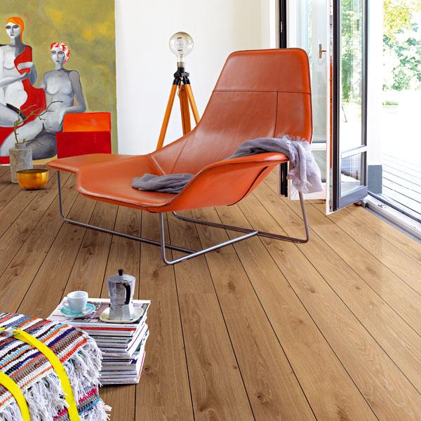 Trendem jsou jednolamelové dřevěné alaminátové podlahy, které připomínají jednoduchou fošnovou podlahu nebo palubky. Máte-li doma čtyřnohého miláčka, oceníte odolnost kvalitního laminátu. (foto: Parador, dub tmavý sV-drážkou.)