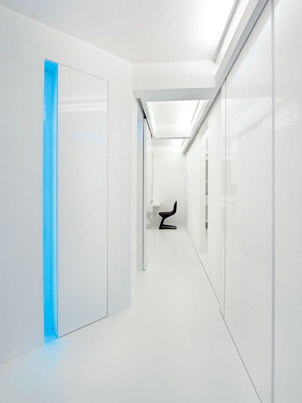 """Vpravo je obývací pokoj ukrytý za posuvným panelem. Ten je možné """"zaparkovat"""" vkuchyni. FOTO: Martin Kocich"""