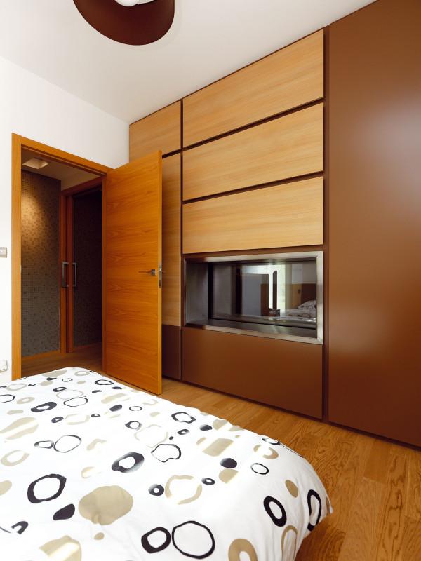 ...i leže v posteli. Ložnice je zařízená ve stejných barevných tónech jako zbytek bytu. FOTO DANO VESELSKÝ