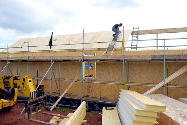 Neprůvzdušnou obálku zajišťují strukturální izolační panely (SIP) spolu s vysoce výkonnými okny. K dosažení hodnoty U 0.15W/m2K byla použita ještě sekundární izolace (Thermafleece) z ovčí vlny. Foto Feilden Fowles