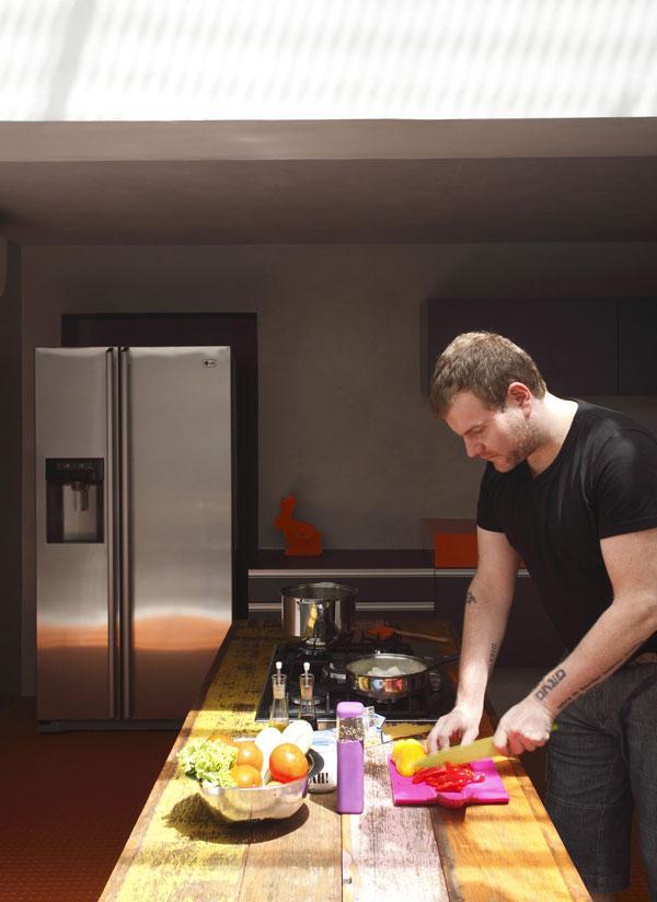 Kromě designu, elektronické hudby a tetování Guilherme miluje i vaření. Zkrátka tvoření ve všech jeho podobách. Minimalisticky pojaté kuchyni dodávají barvy suroviny pestré brazilské kuchyně. Foto: Denilson Machado – MCA Estúdio
