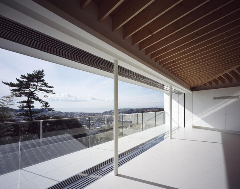 Rozměry oken byly zvoleny záměrně tak, aby jejich rámy co nejméně rušily panaromatický výhled na okolní lesy a oceán. Foto: Masao Nishikawa