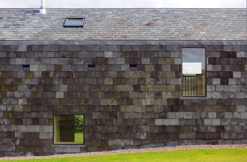 Břidlice na exponované severní fasádě byla recyklována zopuštěných budov na území panství. Výhodou materiálu je nehořlavost a nenasákavost – proto se osvědčil jako obklad i střešní krytina. Foto Feilden Fowles