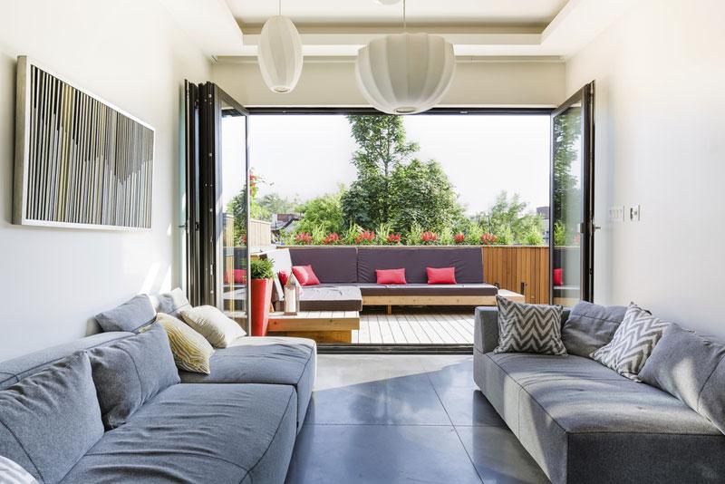 Relaxační místnost-salónek v posledním patře přechází do druhé, prostornější terasy, kde se majitelé mohou vystavovat slunečním paprskům po celý den. Foto: Ulysse Lemerise Bouchard (YUL Photo)