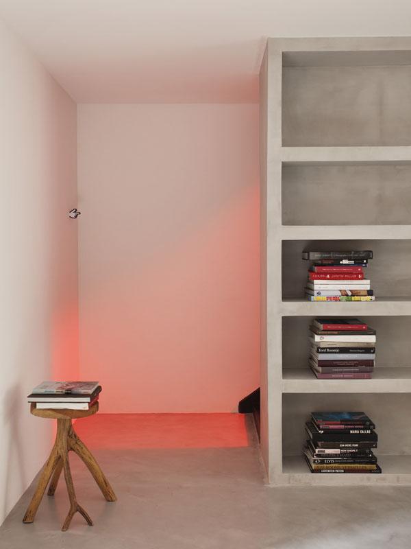 Jednoduchý, čistý interiér oživují barvy používaných předmětů, a také důmyslná práce s osvětlením. Svého majitele dům nezapře. Tady kovářova kobyla rozhodně nechodí bosa. Foto: Denilson Machado – MCA Estúdio