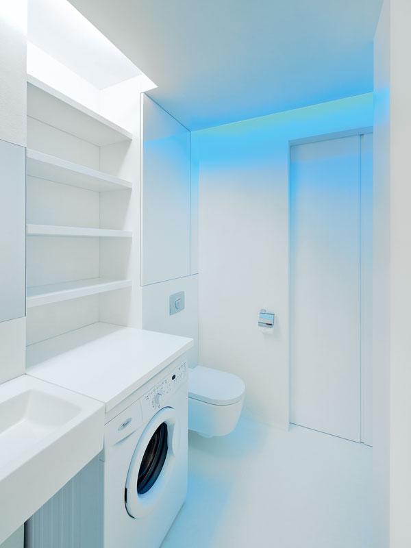 Koupelna je nevelká, díky úpravě vstupních prostor se však do ní vešel prostorný sprchový kout, zněhož byla pořízena tato fotografie. FOTO: Martin Kocich