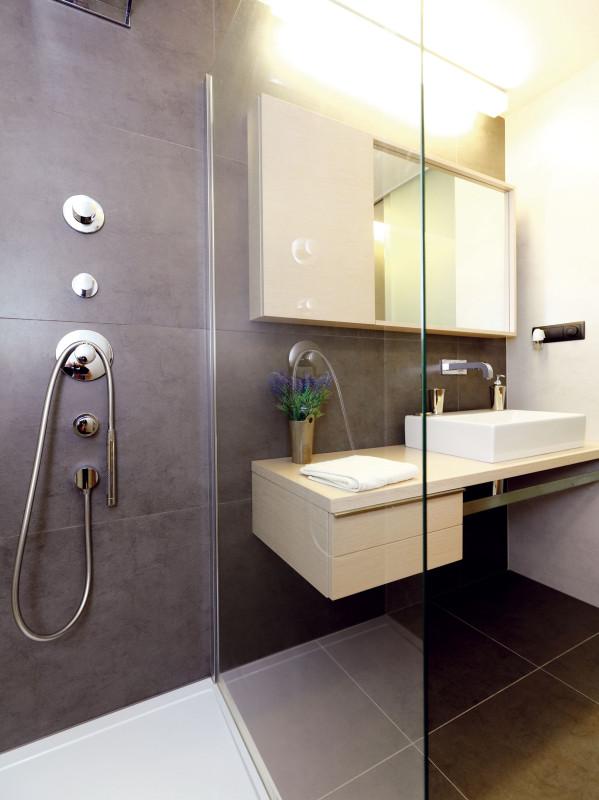 Koupelna je od WC oddělena posuvnými dveřmi. FOTO DANO VESELSKÝ