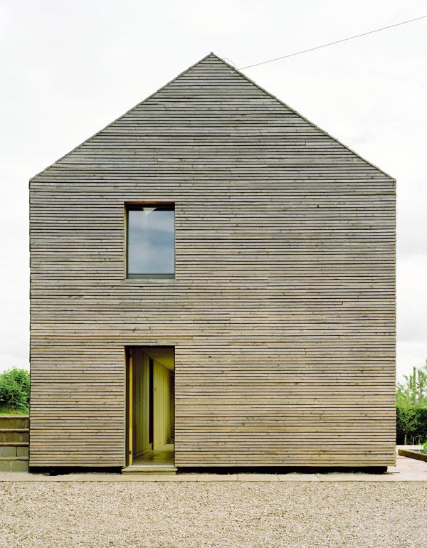 Neošetřená fasáda má životnost 25 let. Poté může být nahrazena pláštěm novým a původní dřevo může sloužit na vytápění. Je vidět, že architekti měli neustále na mysli životní přístup majitelů. Foto Feilden Fowles