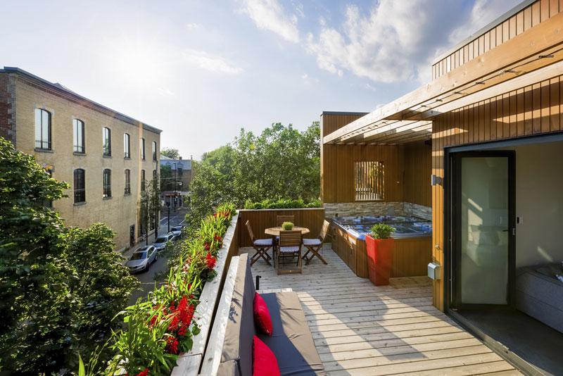 Široké zábradlí obou teras umožňuje jeho současné využití jako nádob na pěstování zeleně. Foto: Ulysse Lemerise Bouchard (YUL Photo)