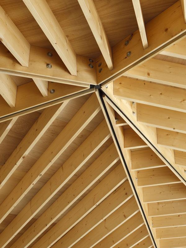 Asi nejvýraznější prvek této stavby zůstává na první pohled skryt. Je jím pětiúhelníková střecha tvořená ocelovými i dřevěnými nosníky. Až právě interiér odkrývá její kouzlo, protože odvážná konstrukce se do něj promítá. Foto: Masao Nishikawa