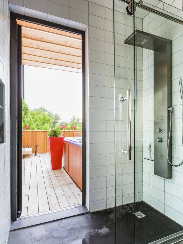 Vířivka je napojena na stejné potrubí, jako sprcha, umístěná hned za stěnou v hlavní koupelně.  Foto: Ulysse Lemerise Bouchard (YUL Photo)