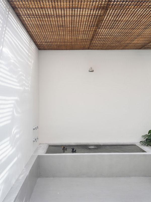 Koupel pod hvězdami si může Guilherme dopřávat díky příznivému brazilskému klimatu. I tak asi chtělo umístění vany na terasu pořádnou dávku odvahy. Ale ta ostřílenému harcovníkovi na poli architektury snad ani nemůže chybět. Foto: Denilson Machado – MCA Estúdio