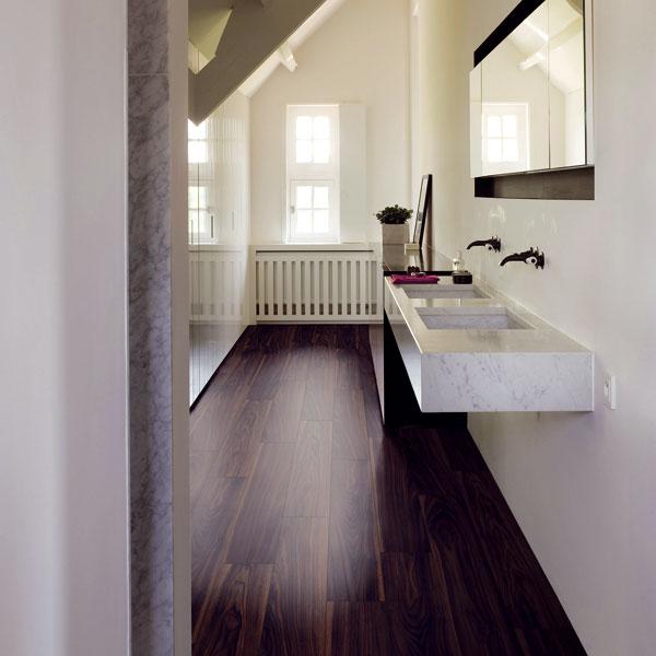 Technologie výroby pokročily natolik, že na pohled nerozeznáte, jestli máte pod nohami dřevěnou, nebo vinylovou podlahu. Odhalí to až dotyk amožná použití vprostoru, kde je dřevěná či laminátová podlaha podezřelá, například koupelna. (foto: Quick Step)