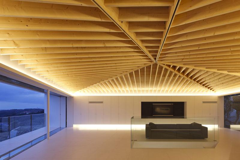 Teprve nasvícení dokonale odhaluje drobné řemeslné detaily a mistrovskou práci řemeslníků, kteří vytvářeli dřevěný strop. Ten je bezesporu vládcem druhého podlaží. Foto: Masao Nishikawa