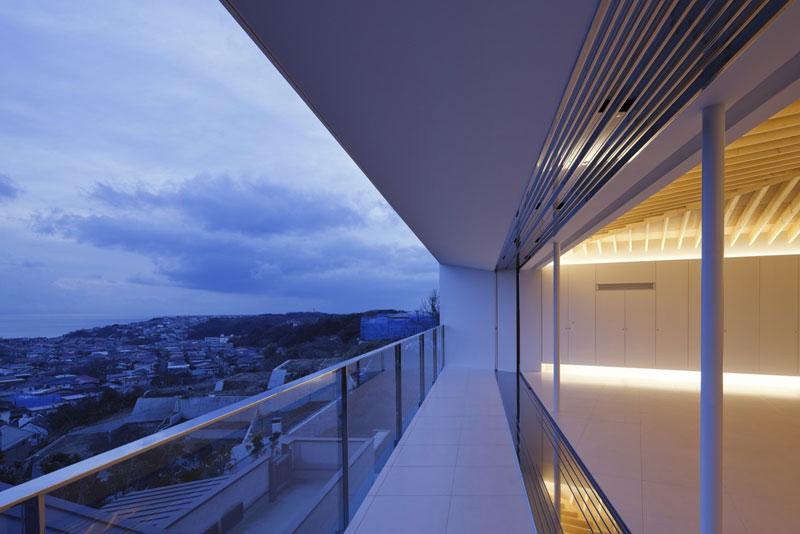 Společné prostory domu působí otevřeným a vzdušným dojmem, přesto, pokud se vám i tak nedostává čerstvého vzduchu, stačí vyjít na terasu. Ale pozor, může to být lehce kontraproduktivní − bude se vám totiž tajit dech! Foto: Masao Nishikawa