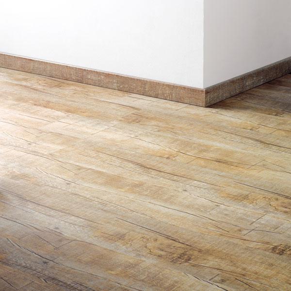 Základním principem instalací plovoucích podlah je dilatační spára uvšech svislých konstrukcí, kjejich překrytí slouží soklové lišty, které zároveň chrání spodní část stěny. Zapomeňte na různé profilované azvlněné lišty, vmódě jsou jednoduché hladké, aje-li to možné, vysoké sokly. (foto: Koratex)