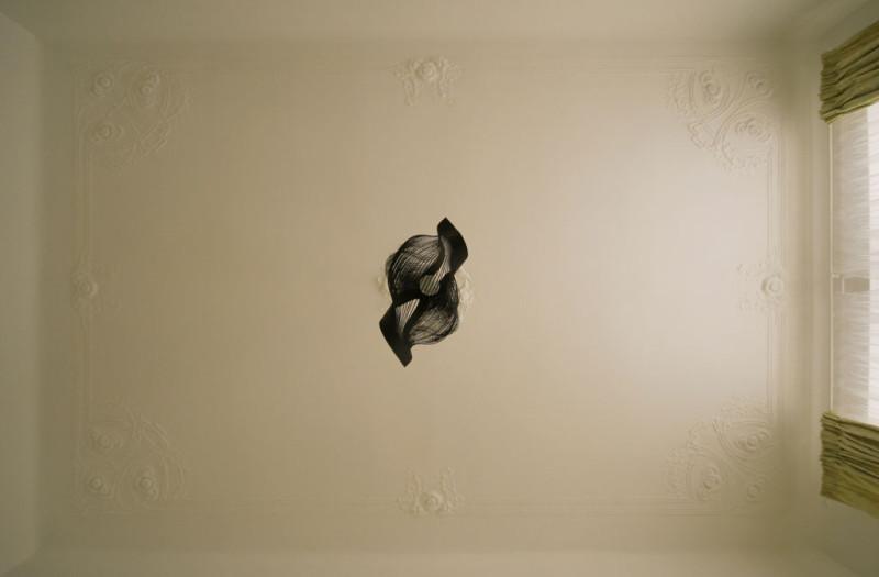 Štukový strop s designovým svítidlem. Foto: Veronika Brůhová a Štěpán Zápotocký