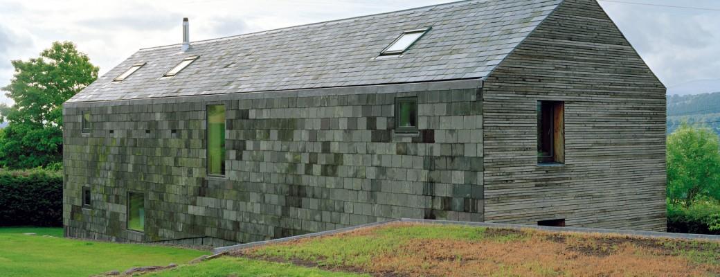 Moderní pasivní dům z břidlice a modřínu