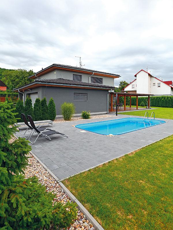 Komfort domácích zvyšuje bazén a rozlehlá terasa. FOTO DANO VESELSKÝ