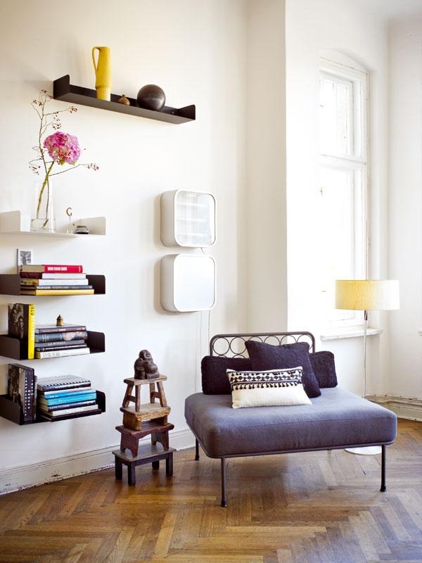 Police Poggibonsi z ocelového plechu silného dva milimetry jsou součástí kolekce ateliéru Haussmann. Křeslo Hotel Bologna je novinka, kterou v domácnosti u Treptowského parku testují, zda je vhodná na každodenní používání. Foto Sabrina Rothe