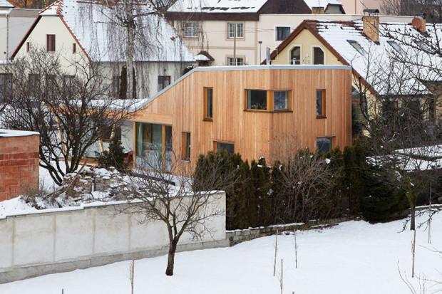 Atypická dřevostavba u Prahy s interiérem ve skandinávskem stylu