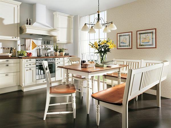 Jako selská jizba. Obliba rustikálně laděných kuchyní je protipólem soudobého trendu minimalistických řešení s minimem ozdob a doplňků. Zde v moderní podobě, stylem spíše inspirovaná, než věrná do detailu. (foto: Leiner)