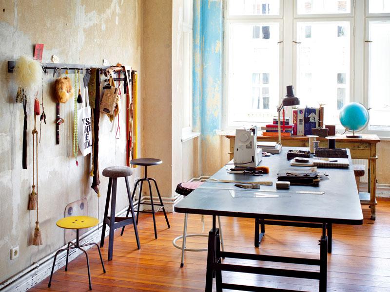 Velká okna arkýře vpouštějí do vzdušného krejčovského ateliéru Gabriely Reumerové denní světlo. Vzory látek, šperky, starožitnosti a pochopitelně knihy a časopisy – to vše je pro kostýmovou výtvarnici bohatým zdrojem inspirace. Foto Sabrina Rothe