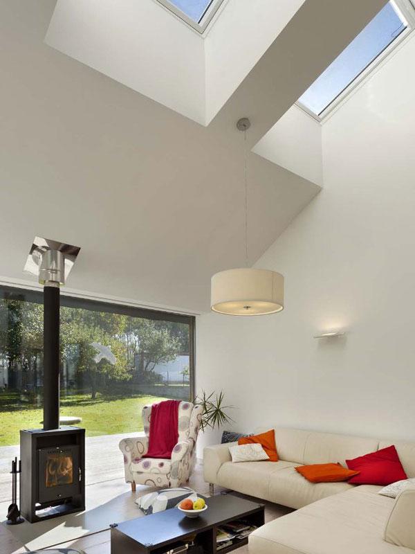 Význam společného obytného prostoru je zdůrazněn prostorově, dům je v této části nejvyšší a vnitřní prostor osvěžuje použití střešních oken z východní strany. Foto: Ing. Jaroslav Hejzlar