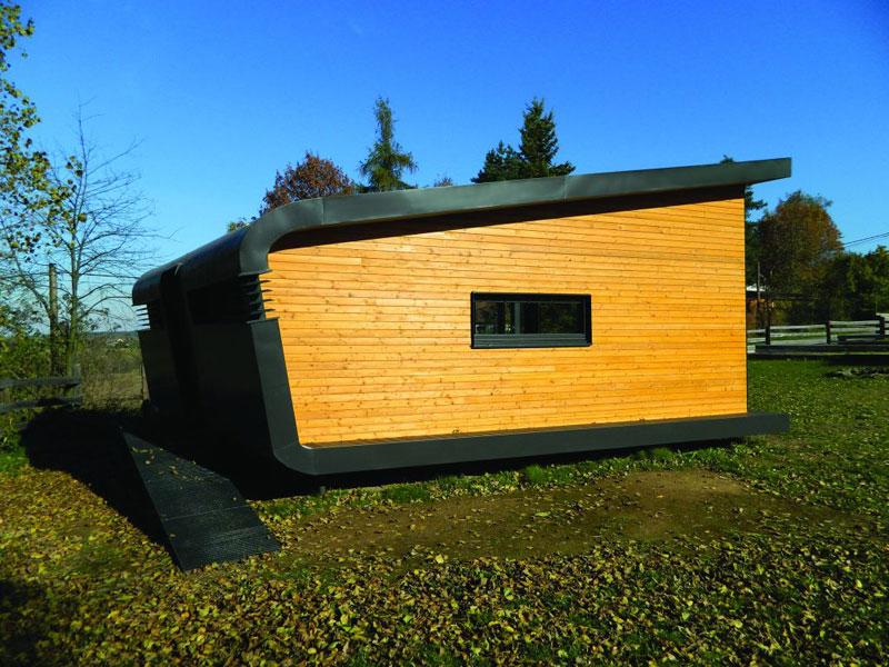 Tento modul je první se vstupem ze zadní strany, pasivní bezpečnost zvyšuje posuvný uzamykatelný rám s horizontálními dřevěnými lamelami. (foto: Julie Dürrová)