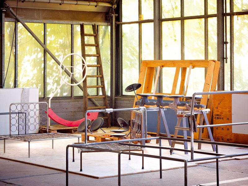 Ateliér Haussmann tvoří bratři Andreas a Rainer. Jejich dílna je v bývalé garáži v areálu bývalého státního rozhlasu NDR – na výrobu nábytku poskytuje dostatek prostoru a díky velkým oknům i potřebné světlo. Foto Sabrina Rothe