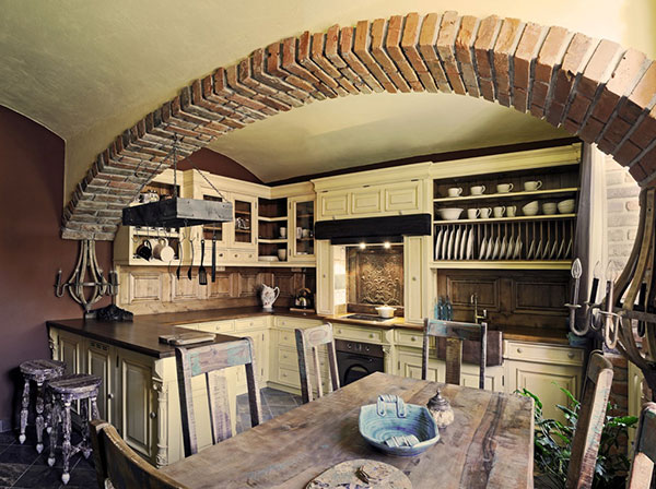 Pro kuchyň ve stylu Provence je typický velký masivní stůl, keramika, textilní doplňky a dřevo s patinou. (foto: art-style.cz)