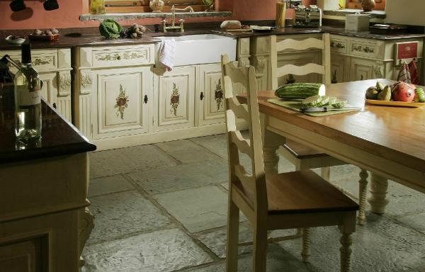 Robustní kamenná, keramická či cihlová dlažba s drobnými nedokonalostmi nesmí ve venkovsky laděné kuchyni chybět. (foto: kuchyne-bohemian.cz)