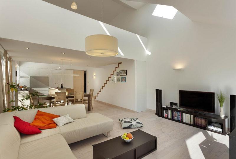 Na morfologii domu se tento koncept projevuje jako nepravidelná sedlová střecha, křivka střechy se láme právě nad obytným prostorem. Foto: Ing. Jaroslav Hejzlar
