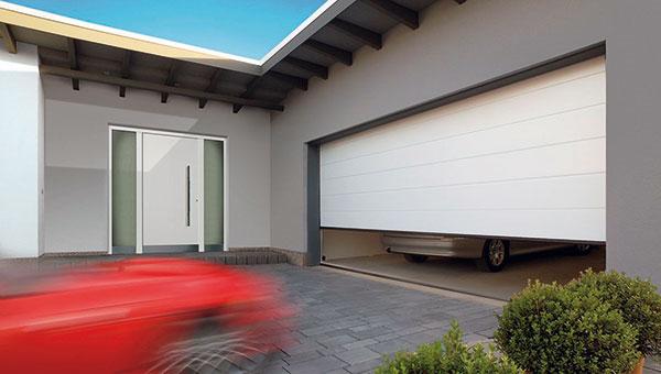 Dvoustěnná sekční garážová vrata LPU značky Hörmann se skládají ze sendvičových sekcí o tloušťce 42 mm, vyplněnýchbezfreonovou polyuretanovou pěnou. Díky vynikajícím tepelněizolačním vlastnostem tak lze ušetřit náklady na energii, zejména u vytápěných garáží. foto: Hörmann