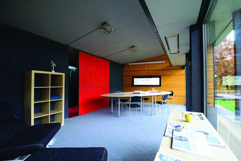 Centrální část může dle vybavení sloužit jako obytný prostor s kuchyní, kancelář s pracovní i relaxační zónou, showroom nebo útulná kavárna. (foto: Martin Čurda)