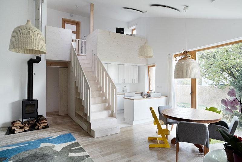 Přímé schodiště rozděluje místnost na dvě části a zároveň slouží jako úložný prostor. Interiér je zařízen jednoduše, čistě, ve skandinávském duchu…Foto: Petr Karšulín