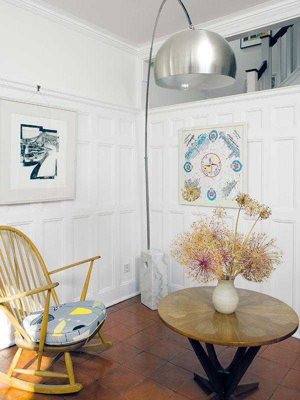 Halu vymalovali na bílo, stejně jako všechny místnosti v domě – nejlépe tak vynikne různorodé zařízení a pestré sbírky. Například v hale našly místo lampa Castiglioni a houpací křeslo Ercol. FOTO Carlos Dominguez